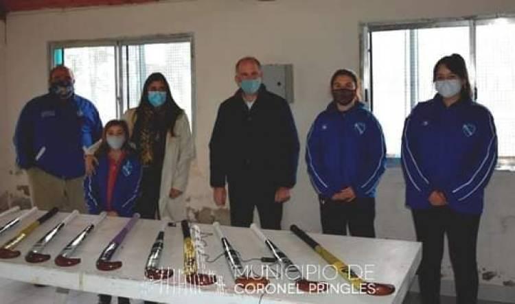 El Club Once Corazones de Indio Rico recibió 20 palos nuevos de hockey