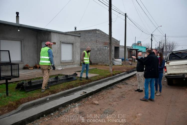 Continúa el avance de la obra de cordón cuneta en el Barrio Autoconstrucción